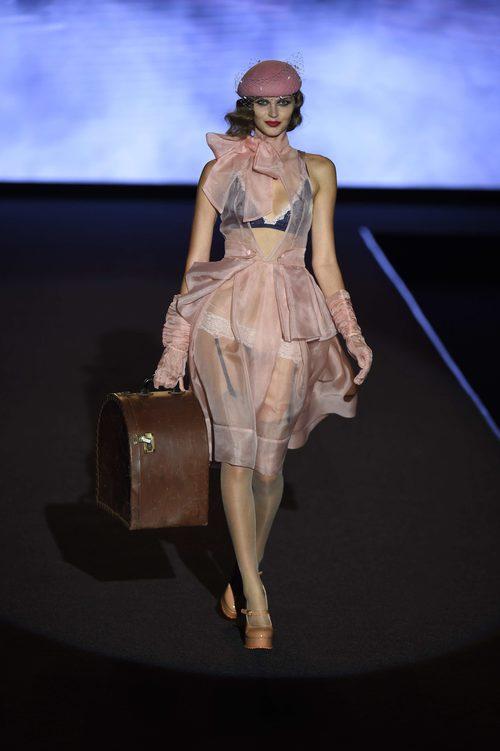 Look de organza rosa de Andrés Sardá primavera/verano 2018 en la Madrid Fashion Week