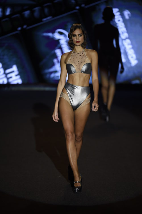 Bikini metalizado de Andrés Sardá primavera/verano 2018 en la Madrid Fashion Week