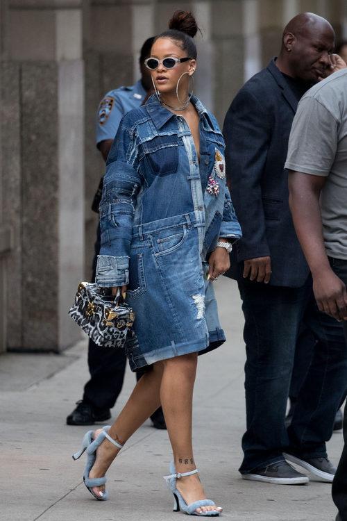 Rihanna con un vestido denim XXL en Nueva York