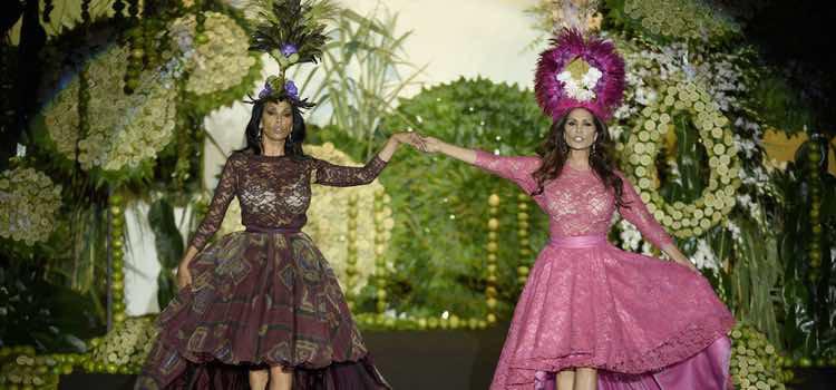 Encarna y Toñi Salazar cantando en el desfile de Francis Montesinos en Madrid Fashion Week primavera/verano 2018