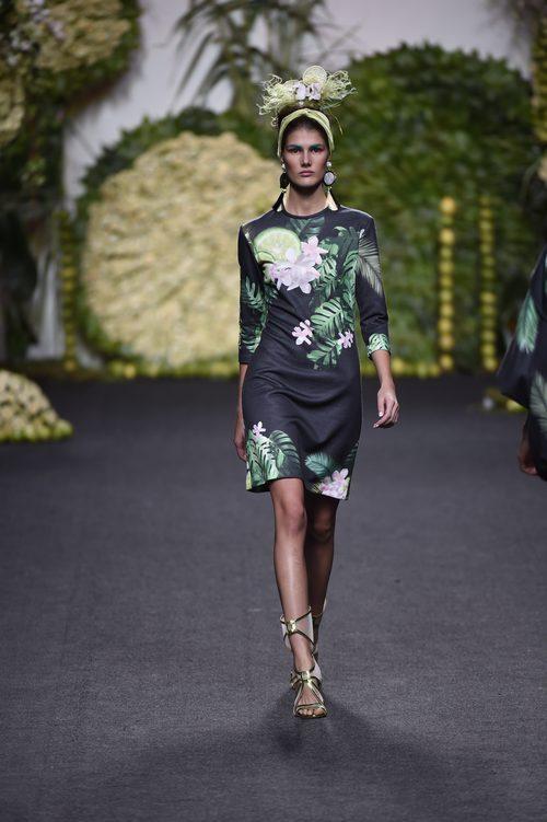 Vestido tropical en el desfile de Francis Montesinos en Madrid Fashion Week primavera/verano 2018