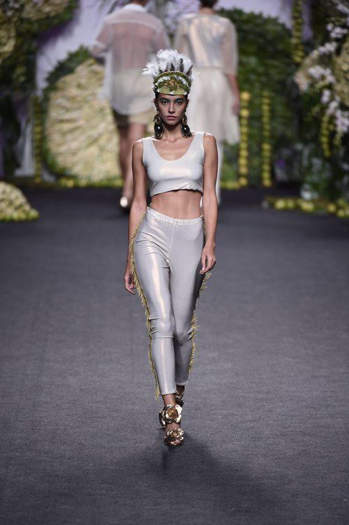 Rocío Crusset con pantalón y top desfilando para Francis Montesinos en Madrid Fashion Week primavera/verano 2018