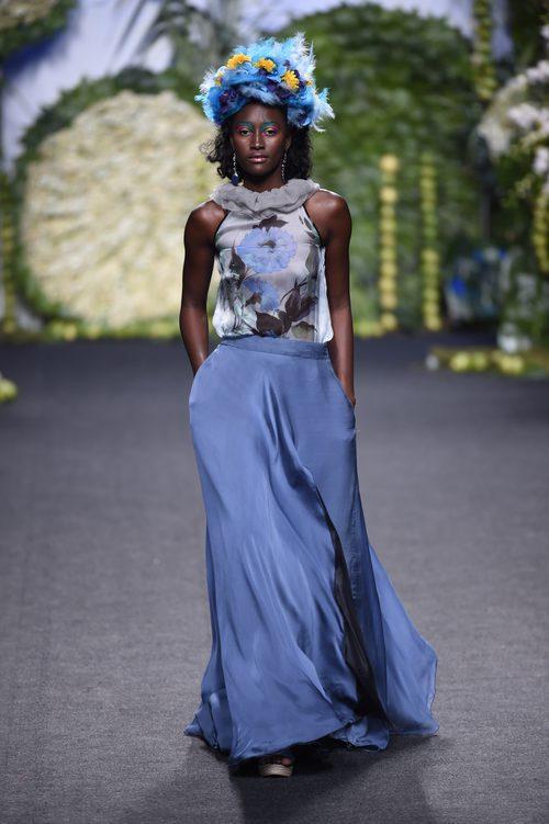 Falda azul larga en el desfile de Francis Montesinos en Madrid Fashion Week primavera/verano 2018