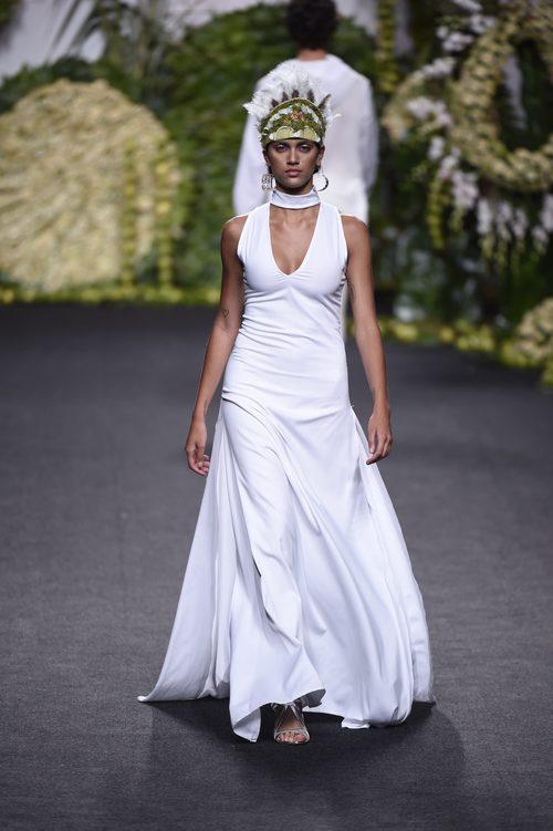 Vestido blanco en el desfile de Francis Montesinos en Madrid Fashion Week primavera/verano 2018