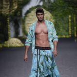 Javier Tudela con falda tropical desfilando para Francis Montesinos en Madrid Fashion Week primavera/verano 2018