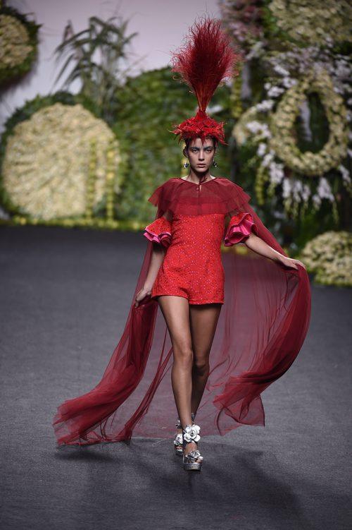 Jumpsuit rojo en el desfile de Francis Montesinos en Madrid Fashion Week primavera/verano 2018