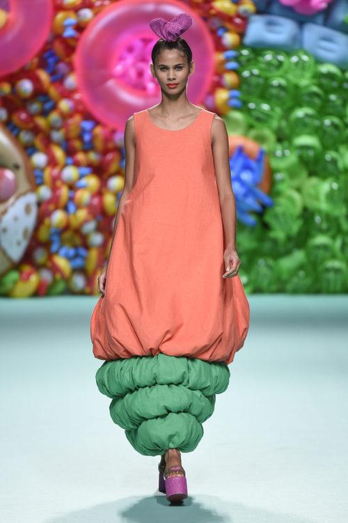 Vestido color coral de Ágatha Ruíz de la Prada primavera/verano 2018 en la Madrid Fashion Week