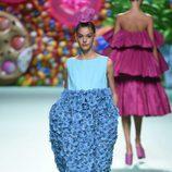 Vestido largo de flores de Ágatha Ruíz de la Prada primavera/verano 2018 en la Madrid Fashion Week
