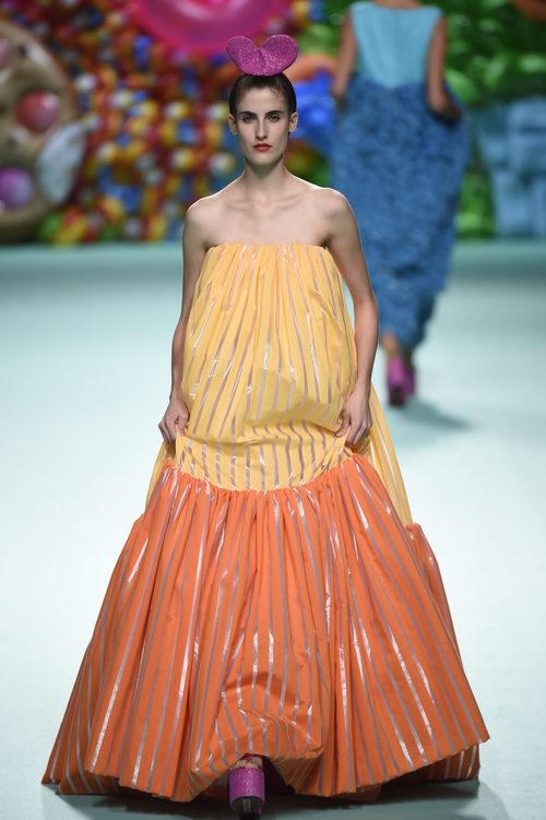Vestido de rayas de Ágatha Ruíz de la Prada primavera/verano 2018 en la Madrid Fashion Week