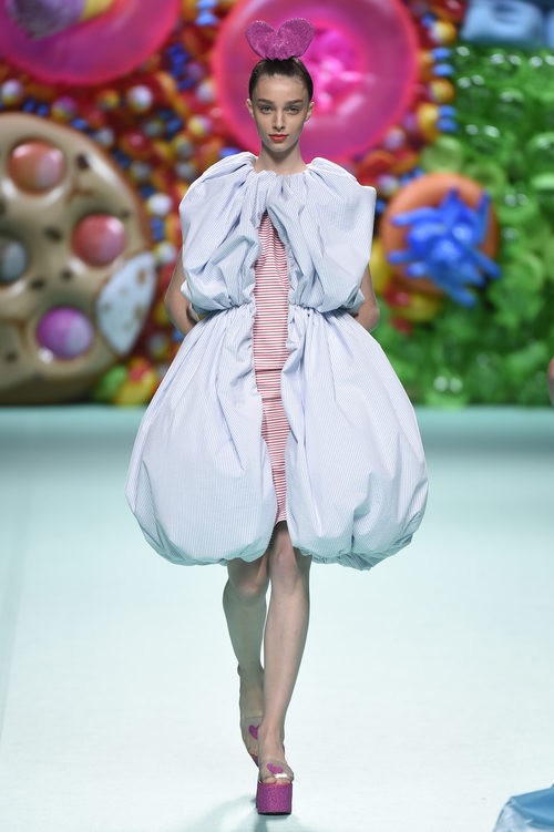 Vestido mini de rayas de Ágatha Ruíz de la Prada primavera/verano 2018 en la Madrid Fashion Week