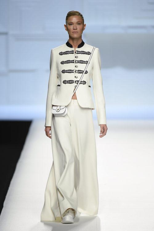 Americana y pantalón ancho blanco de Devota & Lomba primavera/verano 2018 en Madrid Fashion Week