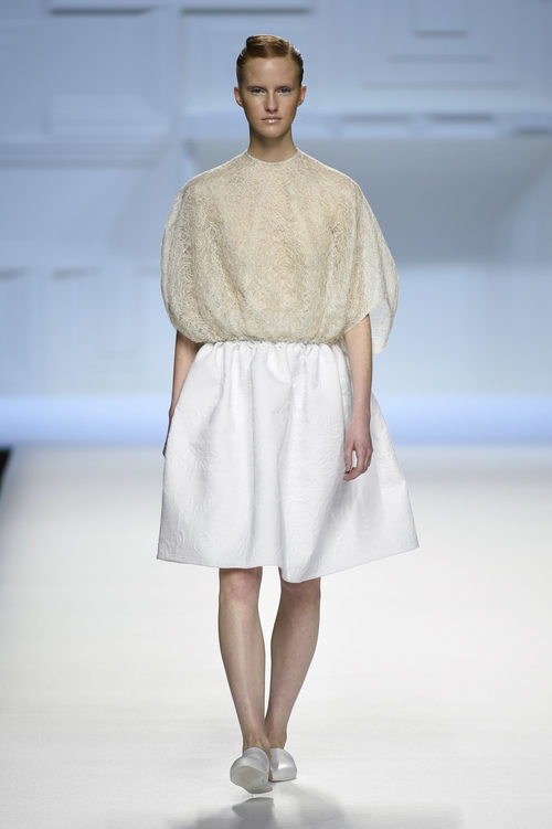 Blusa beige y falda blanca de Devota & Lomba primavera/verano 2018 en Madrid Fashion Week