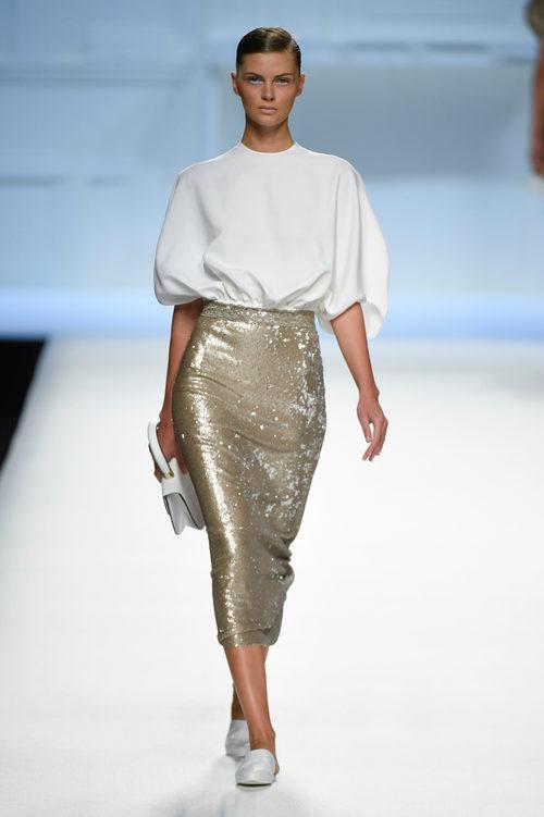 Blusa blanca y falda de tubo dorada de Devota & Lomba primavera/verano 2018 en Madrid Fashion Week