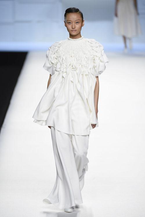 Blusa larga con pliegues blanca de Devota & Lomba primavera/verano 2018 en Madrid Fashion Week