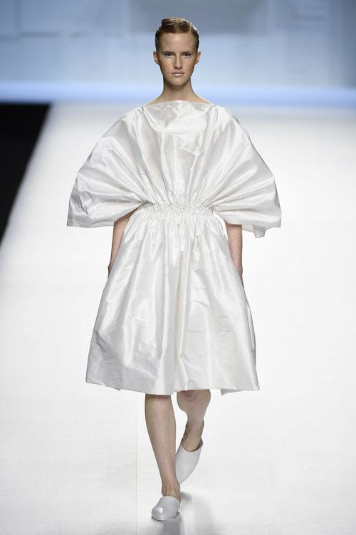 Vestido blanco fruncido de Devota & Lomba primavera/verano 2018 en Madrid Fashion Week