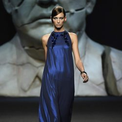 Vestido azul largo de Ana Locking primavera/verano 2018 para Madrid Fashion Week