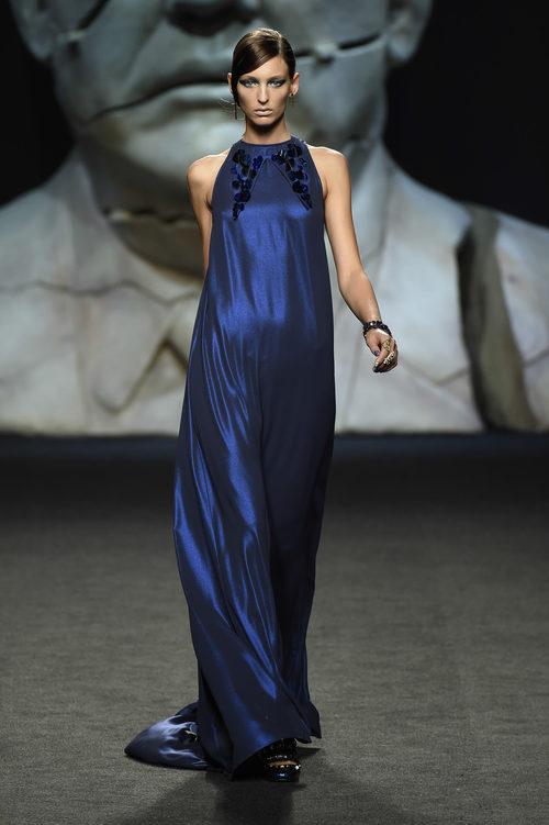 Vestido azul largo de Ana Locking primavera/verano 2018 para Madrid Fashion Week
