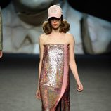 Vestido rosa brillante de Ana Locking primavera/verano 2018 para Madrid Fashion Week
