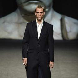 Abrigo largo de hombre de Ana Locking primavera/verano 2018 para Madrid Fashion Week