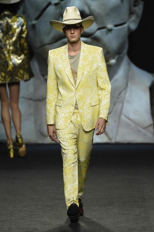 Traje amarillo bordado de hombre de Ana Locking primavera/verano 2018 para Madrid Fashion Week