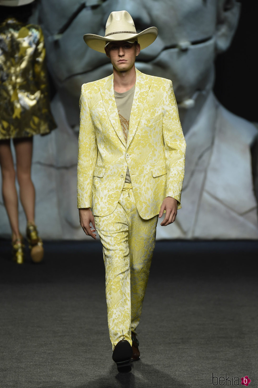 Traje amarillo bordado de hombre de Ana Locking primavera/verano 2018 para Madrid Fashion Week