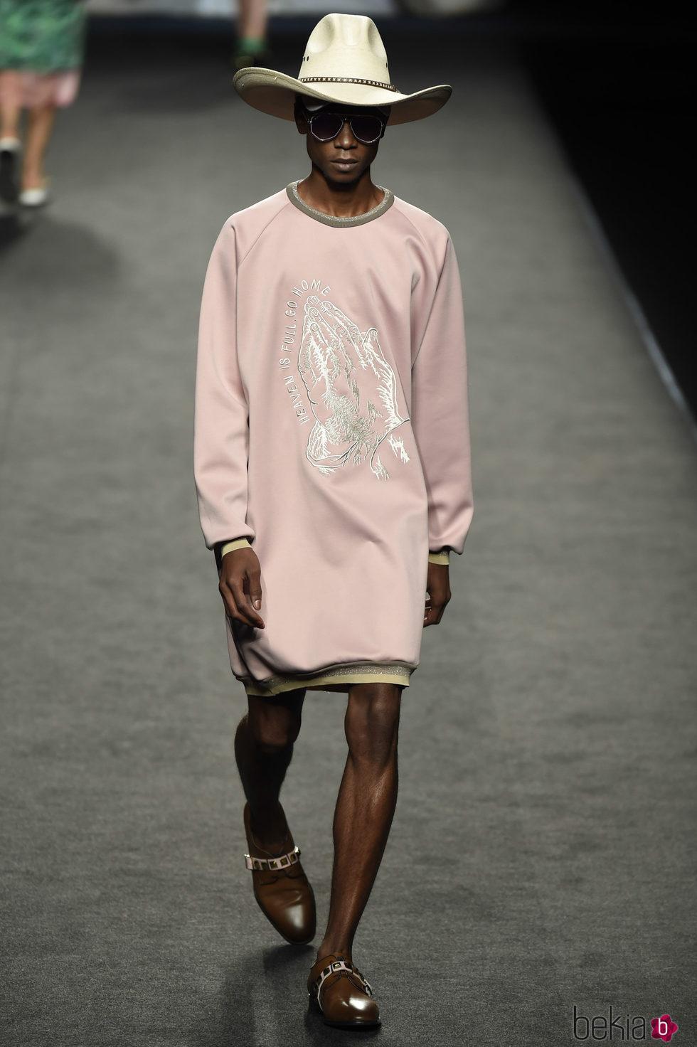 Sudadera larga rosa de hombre de Ana Locking primavera/verano 2018 para Madrid Fashion Week
