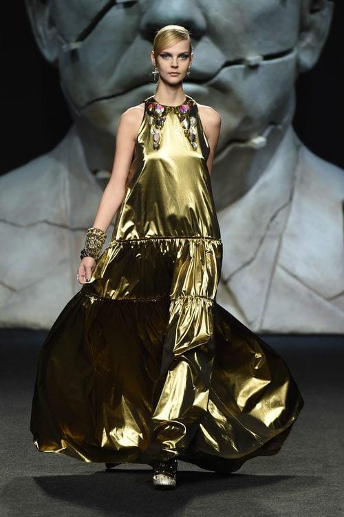 Vestido largo dorado de Ana Locking primavera/verano 2018 para Madrid Fashion Week