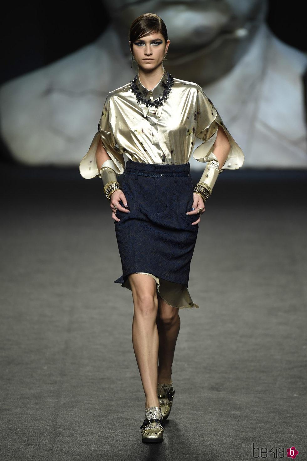 Blusa dorada y falda de tubo azul de Ana Locking colección primavera/verano 2018 en Madrid Fashion Week