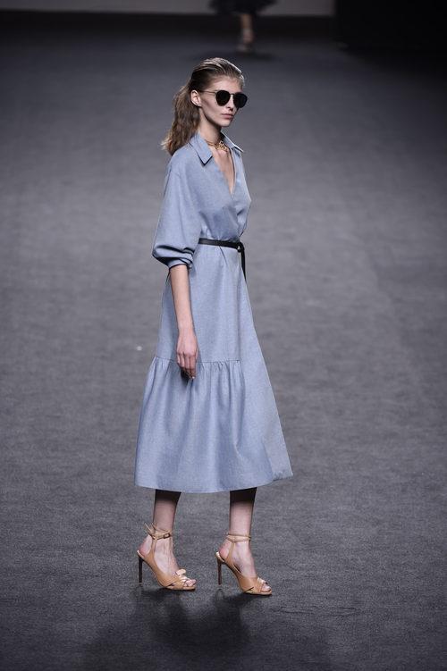 Vestido azul cielo de Roberto Torretta colección primavera/verano 2018 en Madrid Fashion Week