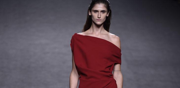Vestido rojo oscuro de Roberto Torretta primavera/verano 2018 para Madrid Fashion Week
