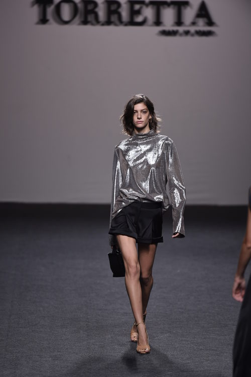 Jersey metalizado plata y shorts de Roberto Torretta primavera/verano 2018 para Madrid Fashion Week