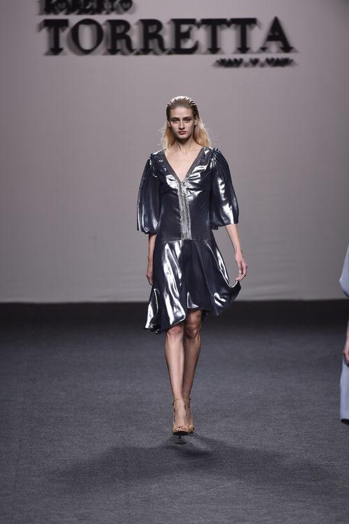 Vestido metalizado en plata de Roberto Torretta primavera/verano 2018 para Madrid Fashion Week
