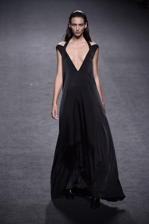 Vestido negro con escote en V de Roberto Torretta primavera/verano 2018 para Madrid Fashion Week