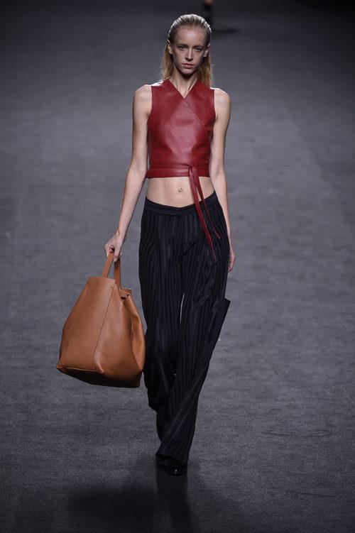 Top rojo y pantalón negro de Roberto Torreta primavera/verano 2018 para Madrid Fashion Week