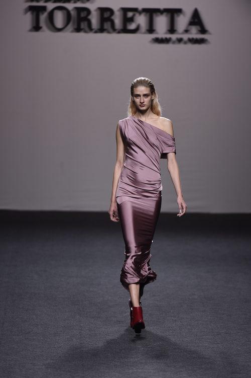 Vestido metalizado rosa largo de Roberto Torretta primavera/verano 2018 para Madrid Fashion Week