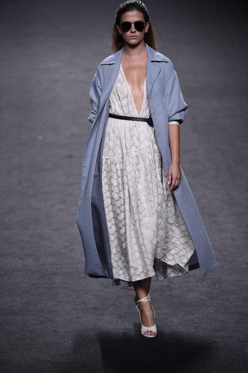 Vestido blanco escotado y chaqueta azul de Roberto Torretta primavera/verano 2018 para Madrid Fashion Week