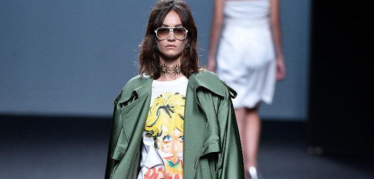 Gabardina verde de raso de María Escoté primavera/verano 2018 para Madrid Fashion Week