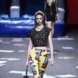 Crop top y pantalón amarillo estampado de Maya Hansen primavera/verano 2018 para Madrid Fashion Week