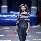 Corsé denim y camiseta de rayas de Maya Hansen primavera/verano 2018 para Madrid Fashion Week