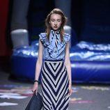 Blusa de volantes azul y falda recta de Maya Hansen primavera/verano 2018 para Madrid Fashion Week
