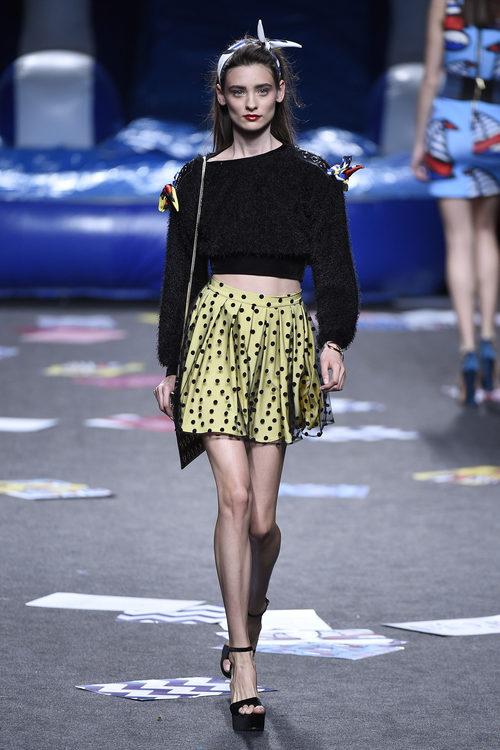 Jersey cropped y falda amarilla de Maya Hansen primavera/verano 2018 para Madrid Fashion Week