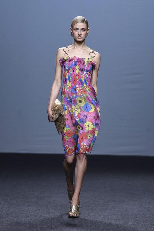 Vestido rosa de flores de María Escoté primavera/verano 2018 para Madrid Fashion Week
