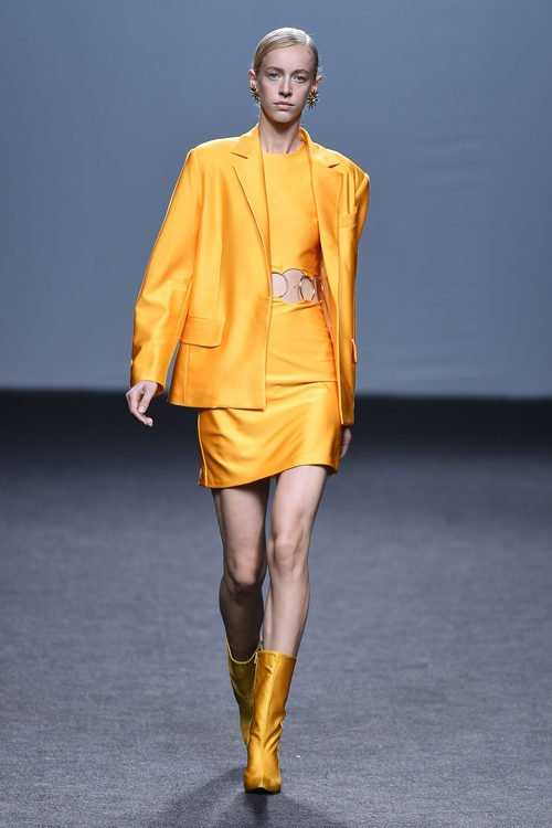 Vestido y americana naranja de María Escoté primavera/verano 2018 para Madrid Fashion Week