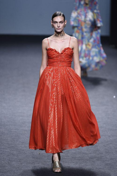 Vestido rojo de tirantes de María Escoté primavera/verano 2018 para Madrid Fashion Week