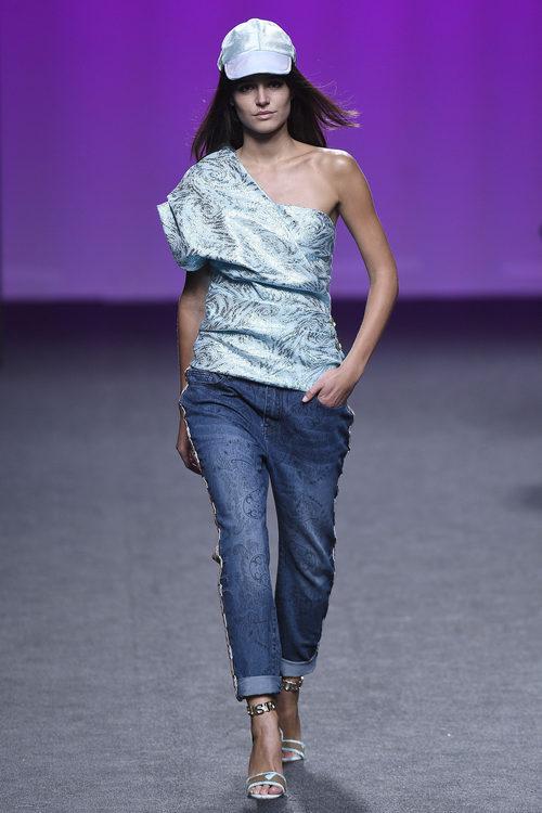 Camisa asimétrica azul de Custo Barcelona primavera/verano 2018 en la Madrid Fashion Week