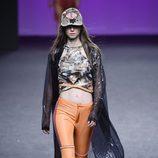Pantalón naranja de Custo Barcelona primavera/verano 2018 en la Madrid Fashion Week