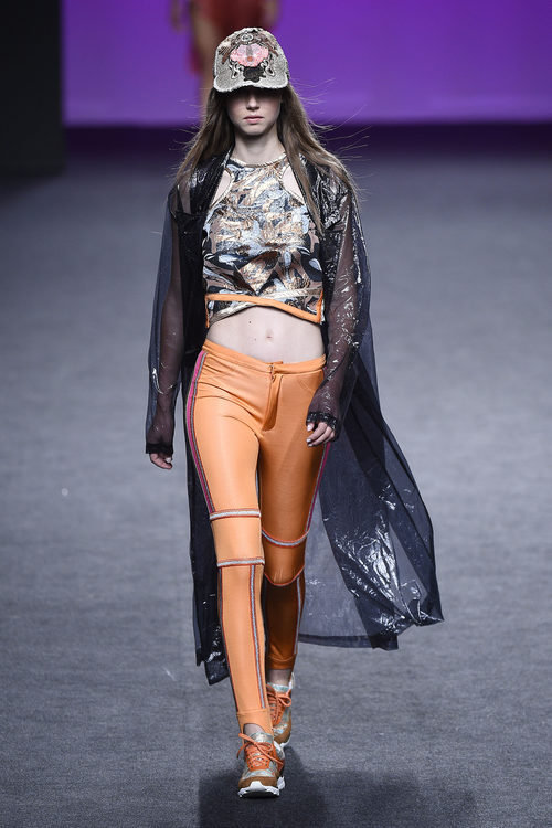 Pantalón naranja de Custo Barcelona primavera/verano 2018 en la Madrid Fashion Week