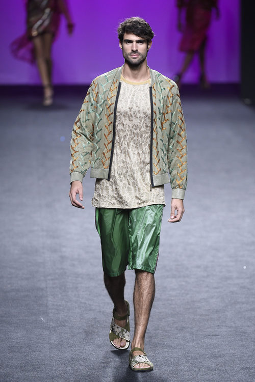 Bermudas verdes de Custo Barcelona primavera/verano 2018 en la Madrid Fashion Week