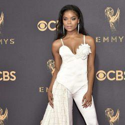Ajiona Alexus luciendo un jumpsuit blanco en la alfombra roja de los Emmy 2017