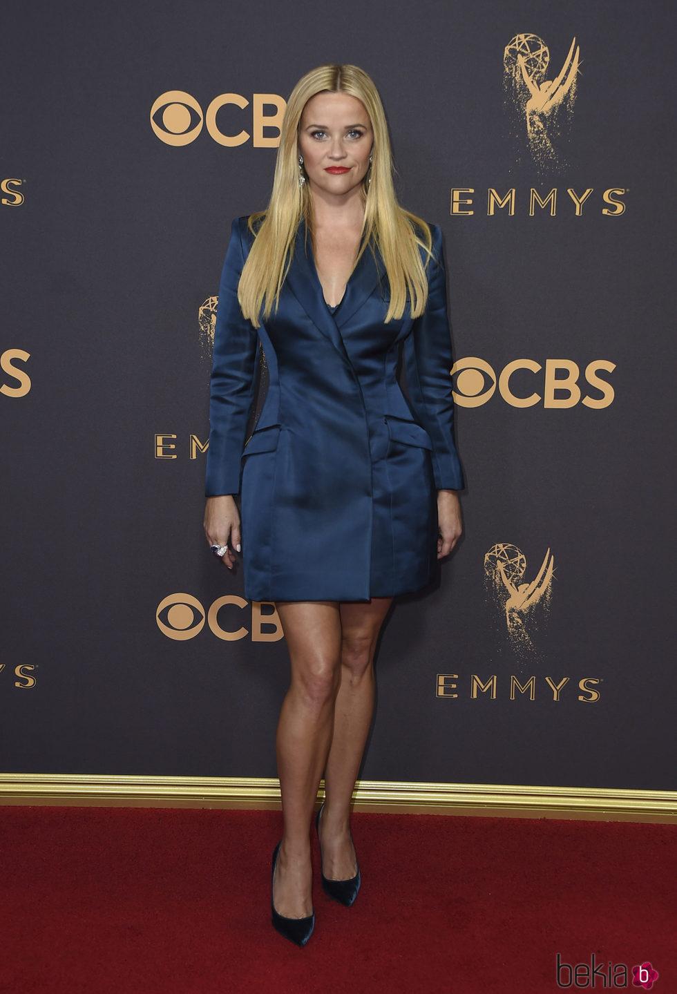 Reese Witherspoon con un blazer vestido en la alfombra roja de los Premios Emmy 2017